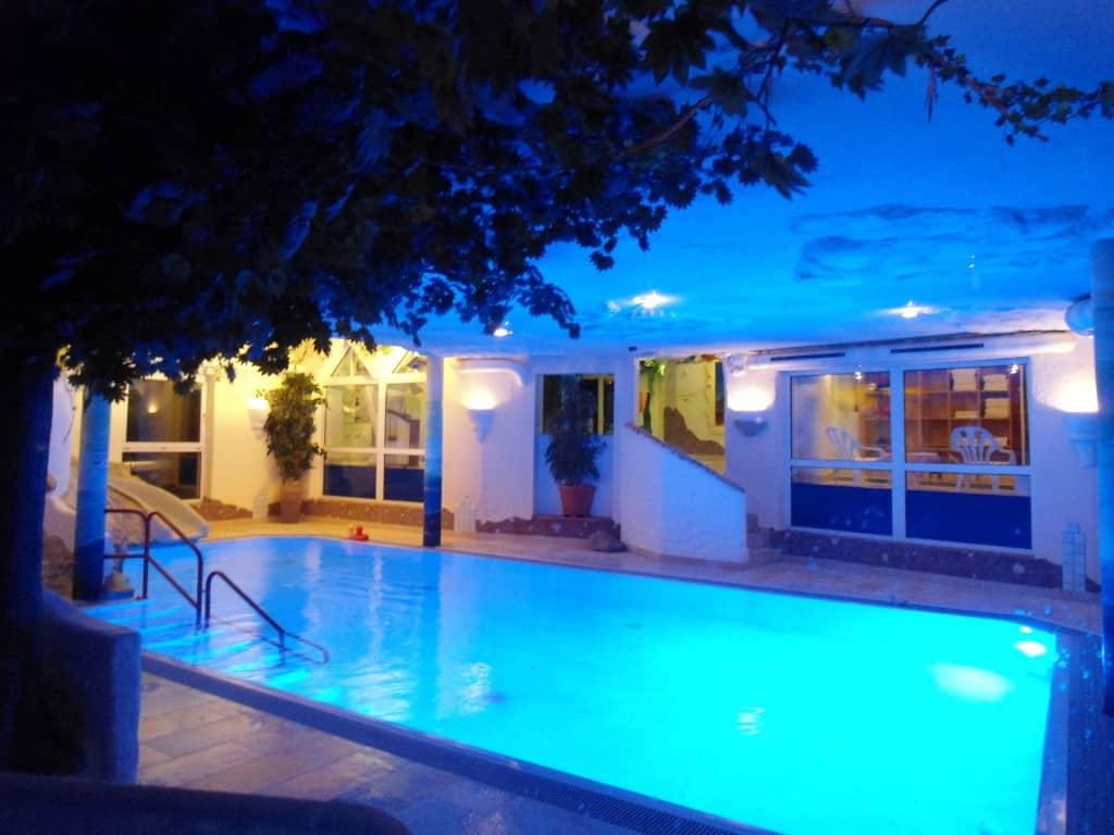 Piscina esterna dell'hotel, tranquilla e suggestiva la sera senza bambini!
