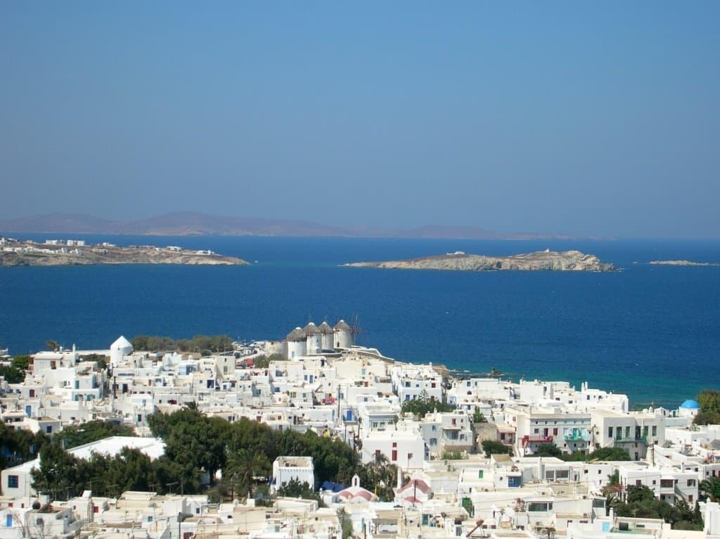 Panorama dall'alto...case bianche, mulini e isole che si perdono tra il blu del mare e del cielo.