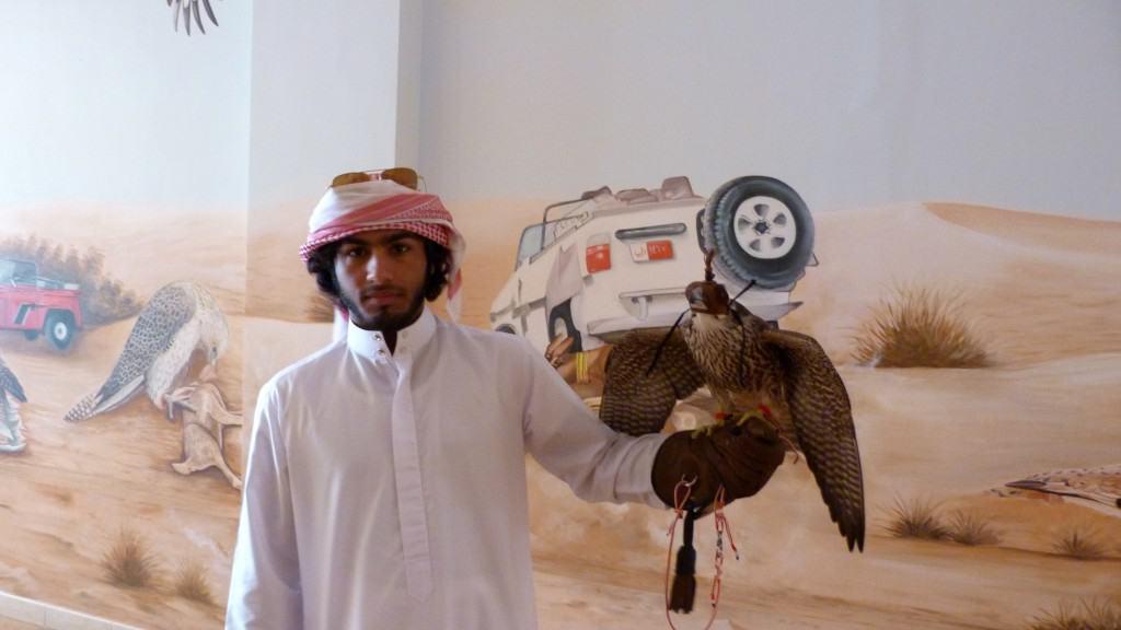 Falconieri nel deserto a Dubai