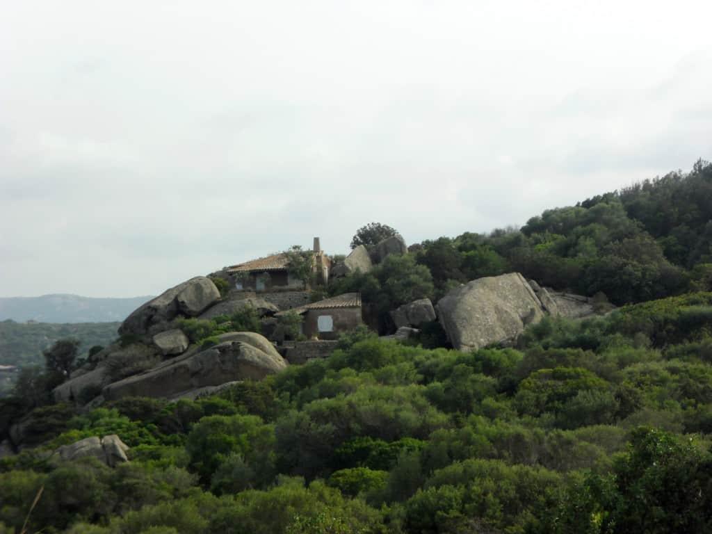 Ville incastonate nella vegetazione e nelle rocce granitiche della Costa Smeralda