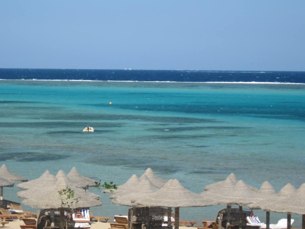I colori del mare e all'orizzonte la barriera corallina