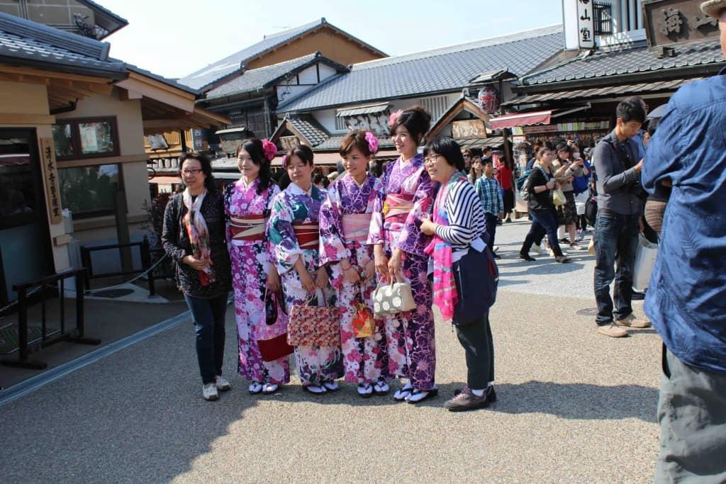 giapponesi in abiti tradizionali