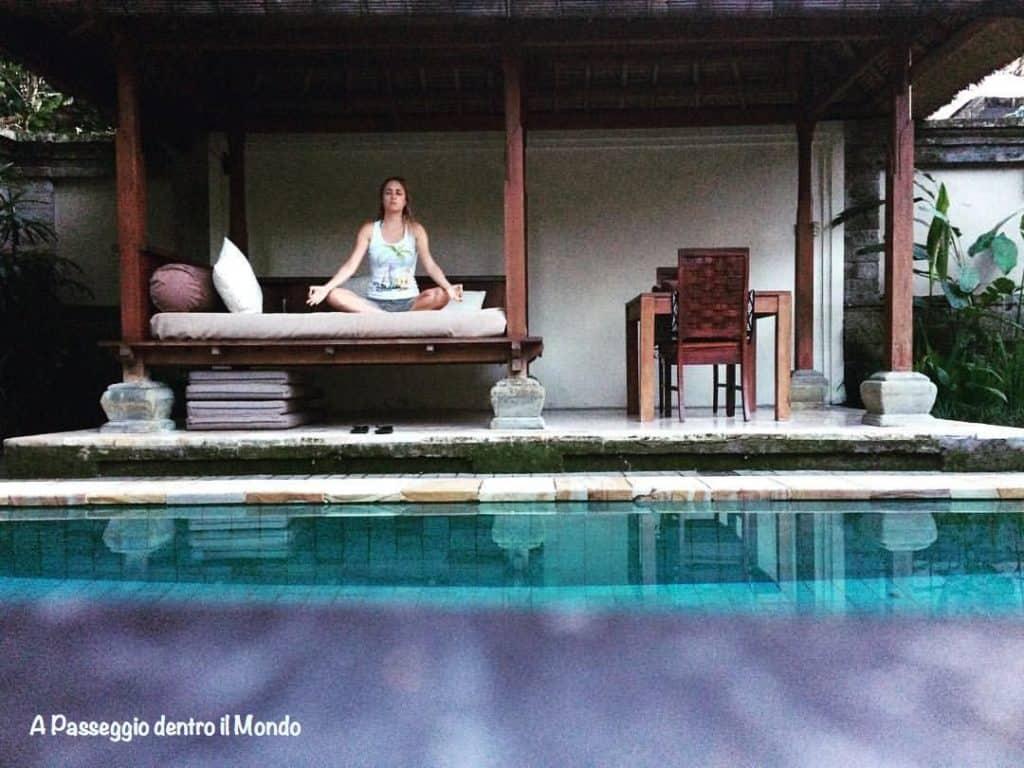 yoga bordo piscina a Bali